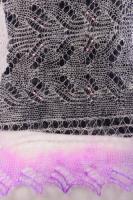 Белый с бисером в середине, по краю фиолетовый