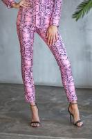 нежно-розового цвета с принтом змея