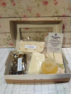 Коробка малая: 4 куска сыра по 100г.  + баночка с мёда 40г.